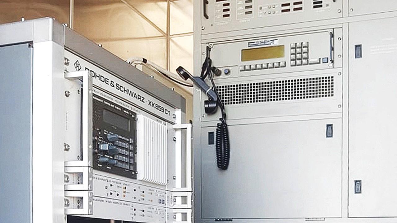 即使已使用 30 年,性能仍一如既往地可靠:马里奥·祖切利站的 1 kW R&S®XK859C1 收发信机。