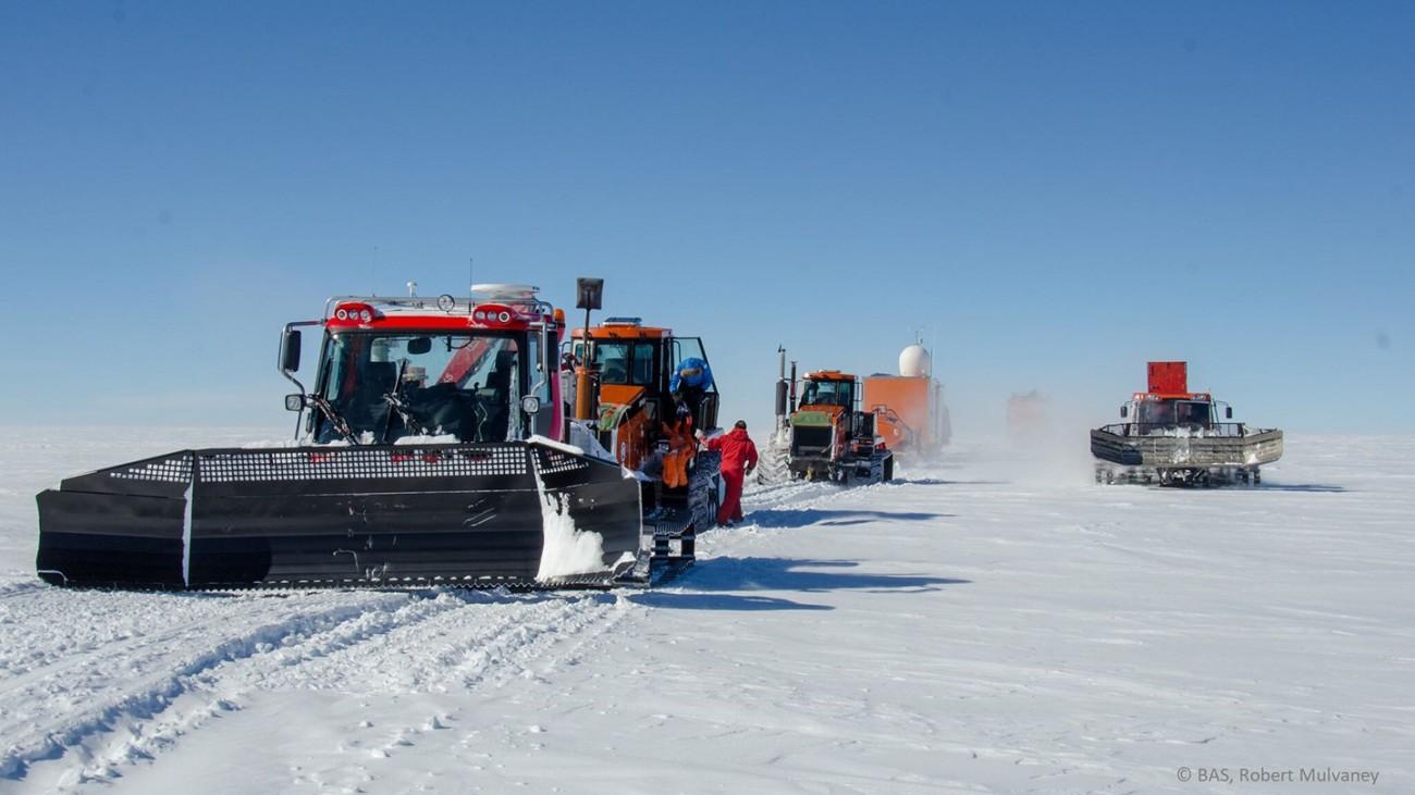 车辆穿梭在从康宏站到小冰穹 C 钻探点的路上。来源:Robert Mulvaney,英国南极调查局 (BAS)。