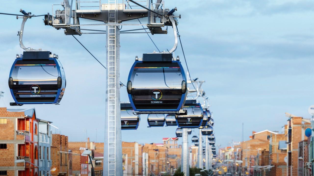 在拉巴斯,缆车迅速成为一种广受欢迎的交通工具。