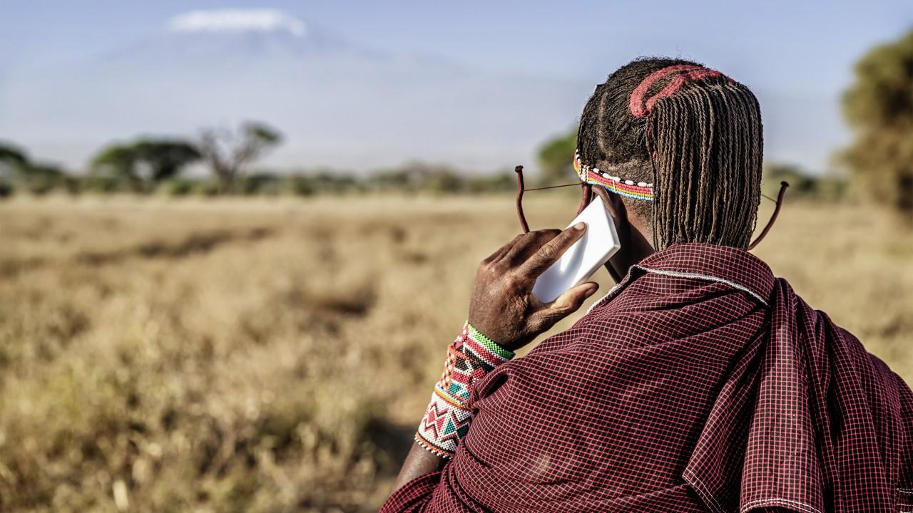 肯尼亚的技术中心被称为草原上的硅谷,也被视为非洲的创新摇篮。马赛人以牧羊为生,以泥棚为屋,但一般也使用移动电话。